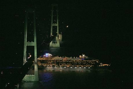 Největší výletní loď světa podplouvá pod dánským mostem Belt