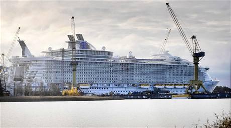 Největší výletní loď světa Oasis of the Seas v docích finského Turku