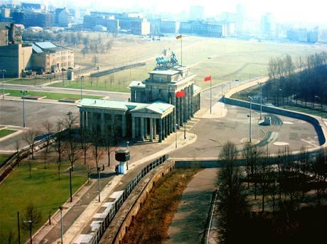 Pohled na Braniborskou bránu v době, kdy stála Berlínská zeď. Brána patřila k východoněmeckému území a byla civilistům nepřístupná.