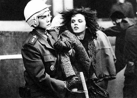 Policejní zásah na Václavském náměstí v Praze. (listopad 1989)