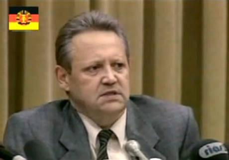 Günter Schabowski na tiskové konferenci 9. listopadu 1989.