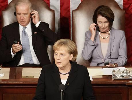 Viceprezident Joe Biden a předsedkyně Sněmovny reprezentantů Nancy Pelosiová poslouchají projev kacléřky Angely Merkelové (3. listopadu 2009)