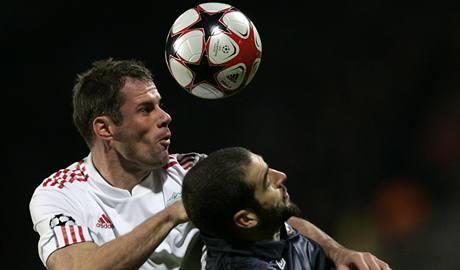 Lyon - Liverpool: Lisandro Lopéz (vpravo) a Jamie Carragher