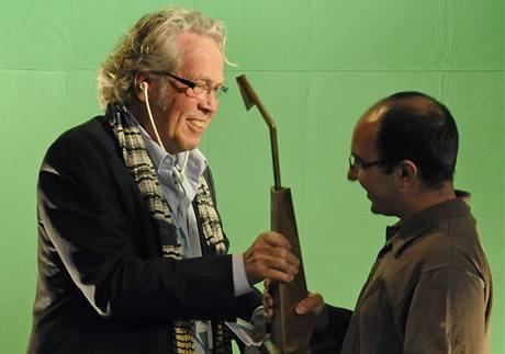 Francouzský režisér s íránskými kořeny Tamadon Mehran (vpravo) získal na 13. Mezinárodním festivalu dokumentárních filmů hlavní cenu pro nejlepší zahraniční dokument za svůj snímek Basídž. Cenu mu předal dánský filmař Jörgen Leth