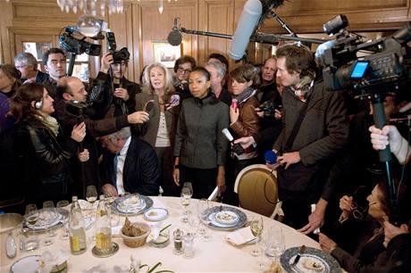 Držitelka Goncourtovy ceny za rok 2009 Marie Ndiaye v restauraci Drouant v obležení novinářů