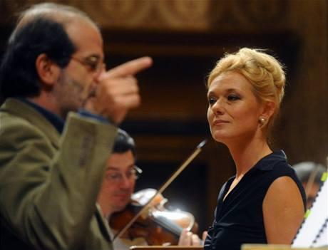 Magdalena Kožená s dirigentem Venice Baroque Orchestra Andreou Marconim při zkoušce před koncertem v Rudolfinu, 1. 11. 2009