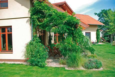 Terasa je obklopena bohatou teplomilnou výsadbou, najdete tu levanduli, trubač, okrasné traviny i další