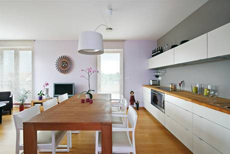 Na míru vyrobená kuchyně má desku z teakového dřeva