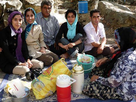 Írán. V létě zamíří lidé z měst na sever – jako tahle rodina z jihoíránského Šírázu