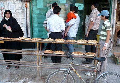 Írán. Na chleba se stojí dvojí fronta, než se placky upečou a než pak vychladnou
