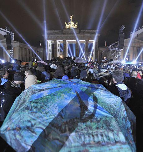 Kapela U2 u Braniborské brány připomněla 20. výročí pádu Berlínské zdi.