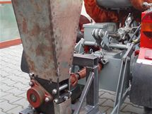 Podomácku vyrobený drtič poháněný traktůrkem