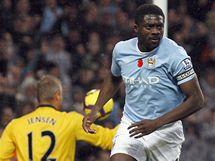 Manchester City - Burnley: Brian Jensen, gólman Burnley a Kolo Touré (vpravo), obránce Manchesteru City