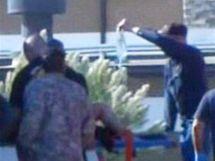 Zdravotníci odvážejí ranìné ze základny Fort Hood (5. listopadu 2009)