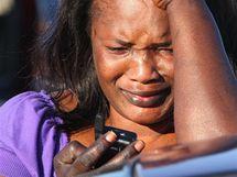 Manželka jednoho z vojákù se snaží dovolat svému muži ve Fort Hood (5. listopadu 2009)