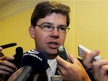 Jiří Pospíšil odpovídá novinářům poté, co byl zvolen novým děkanem právnické fakulty v Plzni (2. listopadu 2009)