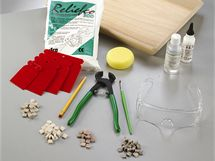 Na mozaiku potřebujete kromě kamínků také lepidlo, spárovací hmotu, stěrku a houbičku, případně i kleště na úpravu velkosti a tvaru kamínků.