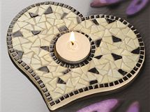 Mozaikou lze vyskládat plochý svícen. Podložku požadovaného tvaru přitom můžete vyříznout třeba z překližky.