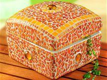 Krabička na šperky polepená mozaikou, působivě kombinovanou se skleněnými čočkami.