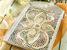 Tác s mozaikou, ošetřený vrstvou ochranného laku.