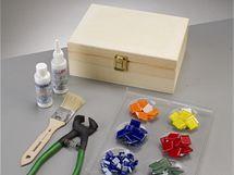 Vděčným objektem pro polepení mozaikou jsou krabičky na čaj nebo šperkovnice. Dají se koupit jako polotovar.