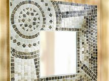 """Zrcadlo s drobnou """"kamennou"""" mozaikou a bílými spárami vypadá velmi efektně."""