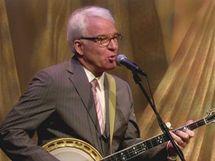 Herec Steve Martin hraje na banjo