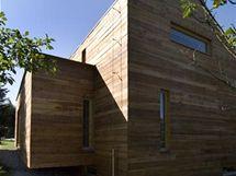 Horizontální obložení z neupraveného modřínu napomáhá stavbě vyrovnat se s okolní přírodou