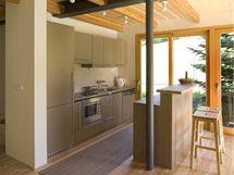 Kuchyňská část je vymezena malým barem