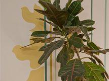 Jemné proužky na stěně doplňují malované stíny rostlin