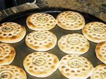 Írán. Jedna z tradičních dobrotu při pobřeží Kaspického moře – skořicové koláčky