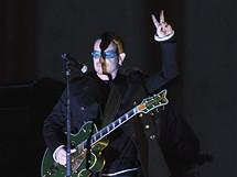 Zpěvák irských U2 Bono se zdraví s 10 tisíc fanoušků, kteří na berlínský koncert dorazili.