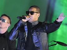 V jedné z písní se k fronovi U2 přidal i rapper Jay-Z.