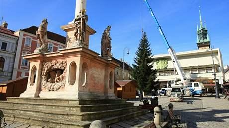 Kotvení vánočního stromu na Masarykově náměstí ve Znojmě