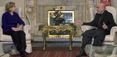 Americká ministryně zahraničí Hillary Clintonová se staronovým afghánským prezidentem HAmídem KArzáím (19. 11. 2009)