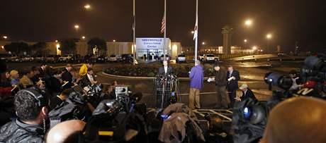 Larry Traylor, mluvčí vězeňské správy ve Virginii, oznamuje před věznicí Greensville smrt Johna Allena Muhammada (10. listopadu 2009)