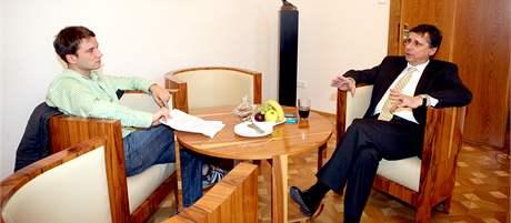 Redaktor MF DNES Tomáš Poláček při rozhovoru s premiérem Janem Fischerem.