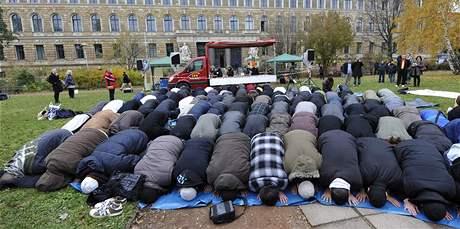 Muslimové se modlí před soudní budovou v saských Drážďanech (11. listopadu 2009)