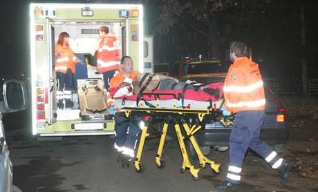 Záchranáři převážejí do nemocnice muže zraněného při přestřelce v Praze - Záběhlicích. (14. listopadu 2009)