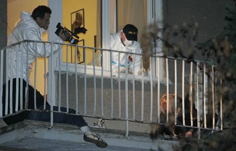 Po přestřelce v domě v Záběhlicích zůstala dvě těla ležet na balkoně. (14. listopadu 2009)