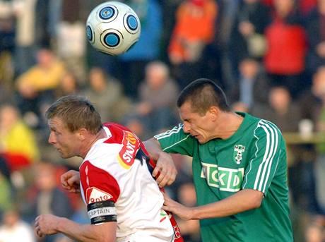 Karviná - Slavia,  domácí Vladan Milosavljev (vpravo)  a Stanislav Vlček