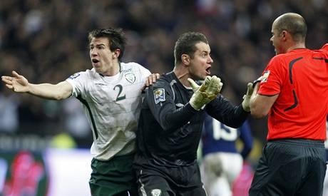 Francie - Irsko, hostující hráči Sean St Ledger (vlevo) a Shay Given reklamují ruku u rozhodčího.