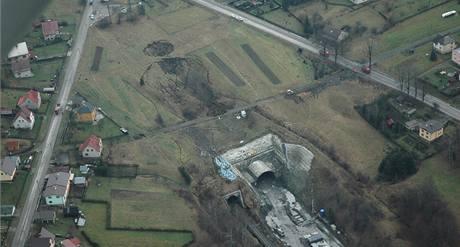 Letecký pohled na propadlou stavbu železničního tunelu u Jablunkova. (19.11.2009)