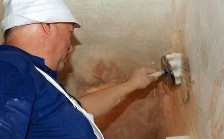 Po oškrábání a zatmelení největších děr se stěny rozmydlí štětkou namočenou v teplé mýdlové vodě