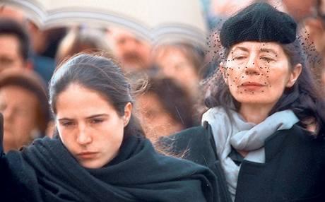 Pohřeb Mitterranda. Milenka Anne. I když se s ní François Mitterrand neoženil, tato žena tvořila spolu s dcerou Mazarine jeho druhou rodinu.