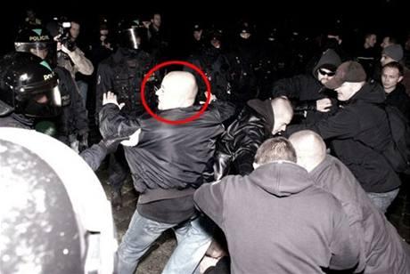 Martin Kuferský při boji s policií na Výtoni.