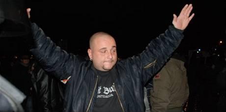 Martin Kuferský s roztrženou bundou po boji s policií na Výtoni.
