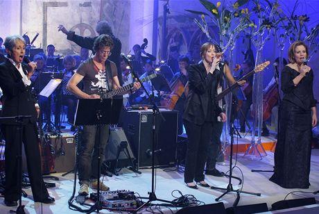 Koncert Už je to tady - zleva americká písničkářka Joan Baez, rocker Lou Reed, muzikantka Suzanne Vega a operní pěvkyně Renée Flemingová