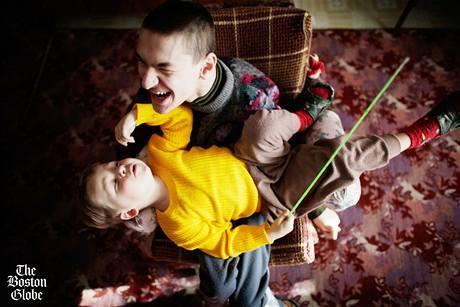Nikita Bochkaryov rozesmívá svého mladšího postiženého bratra Daniela šimráním nosem