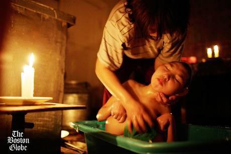 Majra Zhumageldinová koupe svoji šestnáctiletou dceru Zhanúr, která se kvůli nadměrné radiaci narodila s malou hlavou a vážnou skoliózou. Záření zastavilo vývoj jejího mozku. Majra jí koupe každý den, protože si nemůž dovolit pleny.